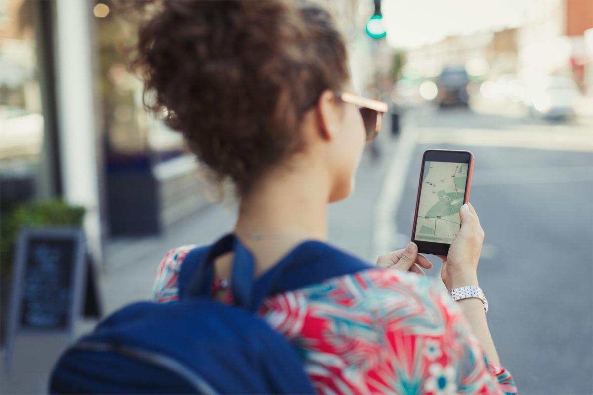 Les applications pour smartphones allient le virtuel et le réel pour changer la façon dont nous vivons les villes, explique l'expert en urbanisme Antoine Picon. « Vous êtes en même temps dans la rue et dans le monde digital, comme une sorte de cyborg». (Image © Caiaimage / Paul Bradbury)