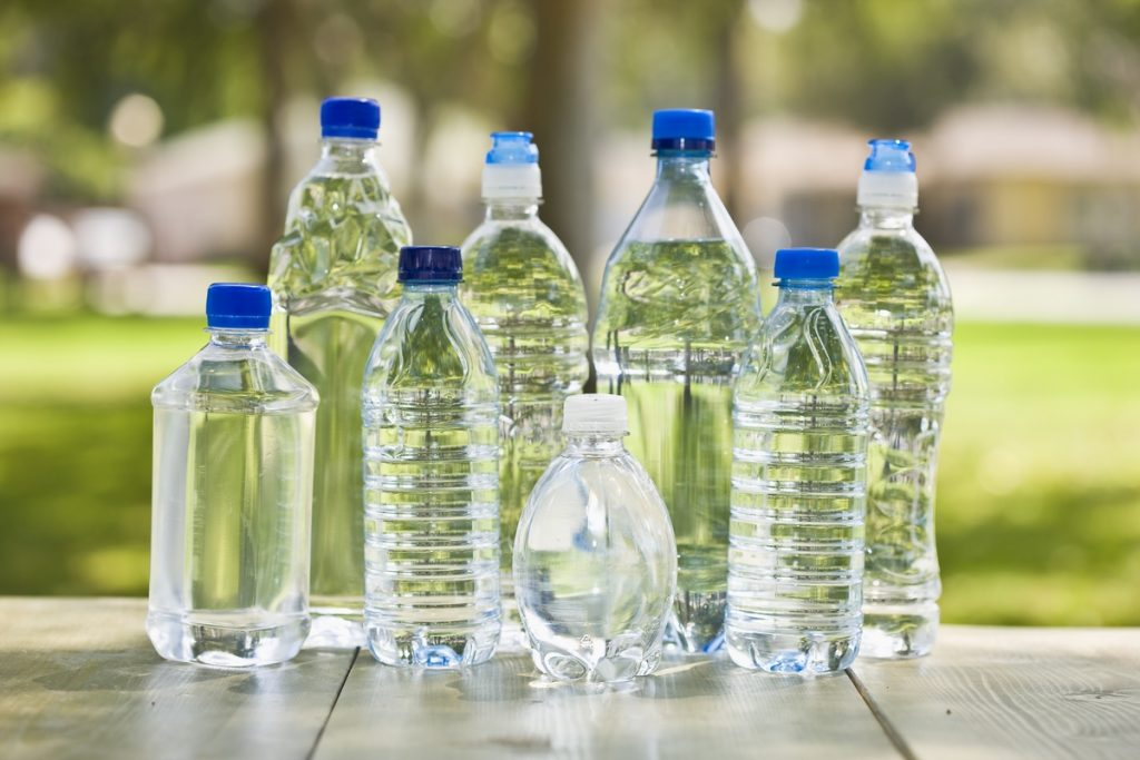 すべてのパッケージ製品会社は、競合他社の製品との見た目の差別化を望んでいます。そのためパッケージ会社は、ユニークな形状のボトルの開発を求められています。(Image © AbbieImages / iStock)