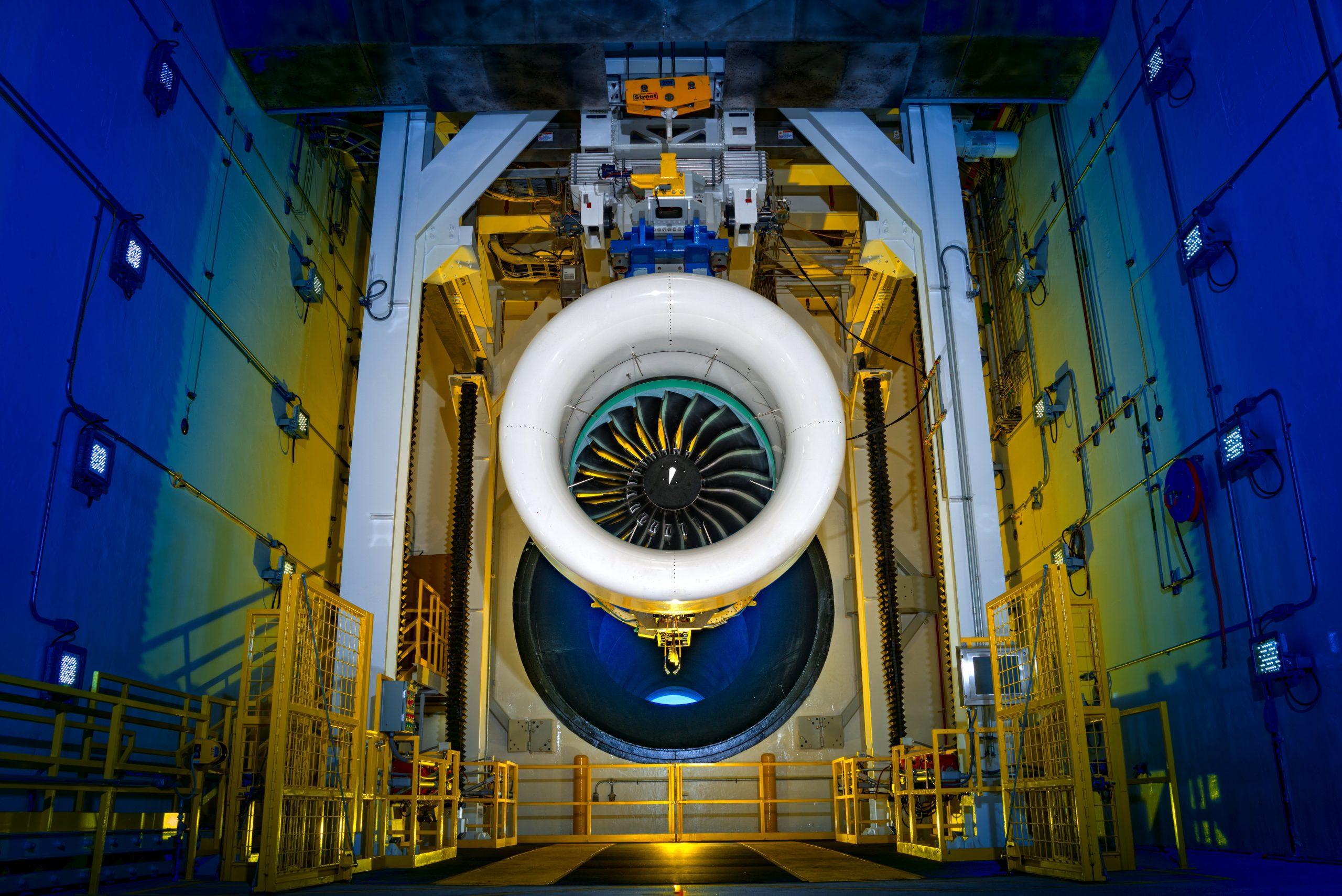 プラット・アンド・ホイットニー社のギヤードターボファンエンジンは、一部の商用航空機で燃料消費量の16%の削減、騒音の75%の低減、窒素酸化物排出量の50%の削減を達成しています。(写真提供 Pratt & Whitney)