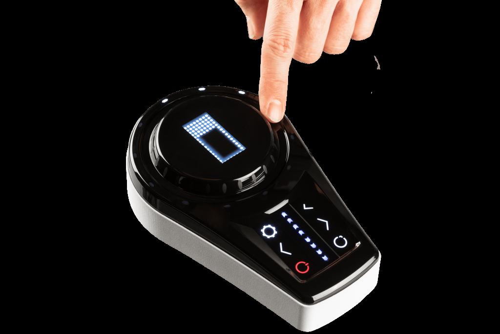 このシームレスな一体型の射出成形コマンド入力コントローラは、厚さが3mm(0.12インチ)しかありません。プラスチックに直接成形されたLEDによる表示ライトを備えたセンサー表面と、マルチタッチロータリー入力のための触覚機能を備えた隆起した円形ノブを特徴としています。(Image © Tactotek)
