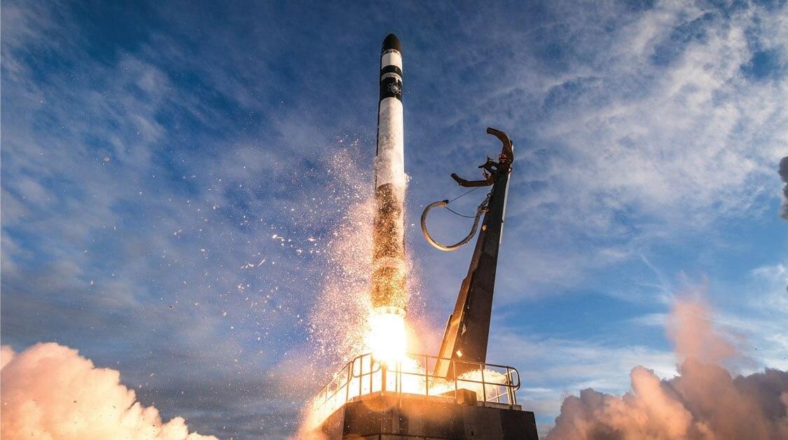 典型的なニュースペースは、この写真(NASAのミッションにおける、Rocket Lab社のElectronロケットの発射)のように、ペイロードの打上げから始まります。「打上げなくして、宇宙開発はできません。ロケットが新たな移動手段、宇宙行きのバスのように認識されるまで、企業は打上げ費用の低減に努めます」と、モルガンスタンレーのインベストメント・バンキング部門ディレクターのPhillip Ingle氏は語ります。 打上げ費用の低減はニュースペースの収益構造に好循環をもたらします。例えば衛星について言えば、打上げを行う企業はコストが低減した衛星の打上げで収益を上げ、一方、衛星通信会社は費用が低減したことで、顧客のペイロードを軌道に投入することを打上げ企業に依頼できる、というような好循環が生まれるのです。(画像 © Trevor Mahlmann)