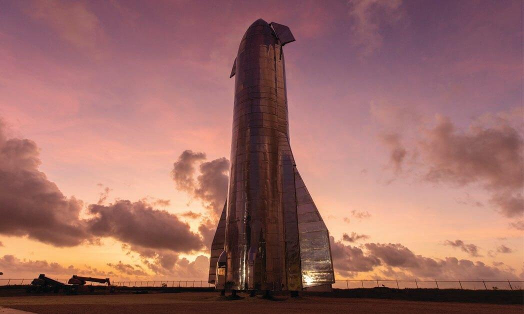 ニュースペースには2つの分野が存在します。一つは衛星を主とする分野、もう一つは宇宙探査、宇宙旅行、貨物輸送、月と火星の植民地化を主とする分野です。上の画像はSpaceX社のスターシップ(宇宙船)試作機であり、これは後者の分野にあたります。 ハーバード・ビジネス・スクールの宇宙エコノミスト兼アントレプレナー・フェローのSinéad O'Sullivan氏は「5~10年前は、民間企業がこのような分野にチャレンジするとは想像できませんでした」と語ります。(画像 © SpaceX)